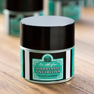Cuida do teu rostro com o nosso creme facial hidratante e nutritivo.
